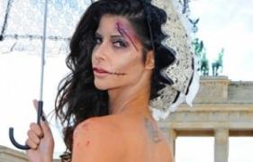 """Micaela Schaefer zeigt sich in einem """"oben ohne"""" Halloween Kostüm"""
